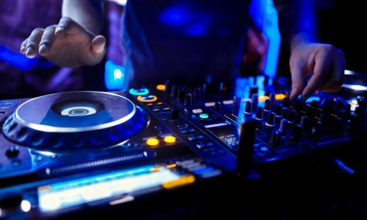 How To Connect DJ Controller To External Mixer: Tips And Tricks